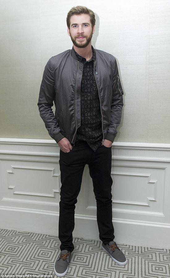 phong cach thoi trang Liam Hemsworth - all-black 2 - elle man