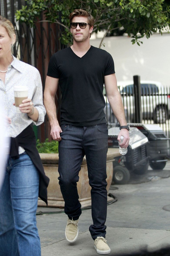 phong cach thoi trang Liam Hemsworth - all-black 3 - elle man