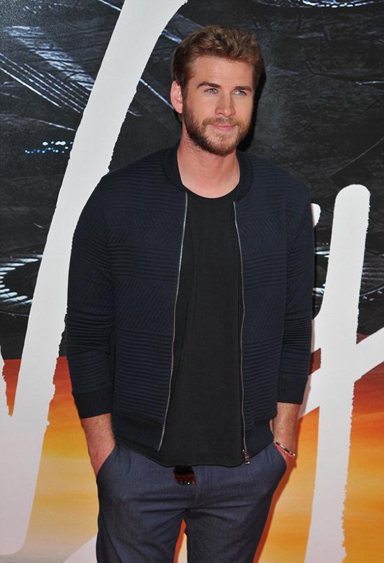 phong cach thoi trang Liam Hemsworth - all-black 4 - elle man