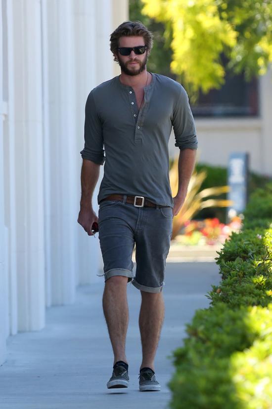 phong cach thoi trang Liam Hemsworth - henley 2 - elle man