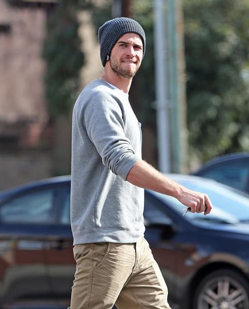 phong-cach-thoi-trang-Liam-Hemsworth-neutral-tones-2-elle-man