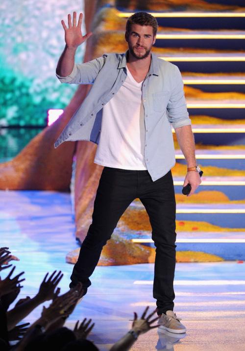 phong cach thoi trang Liam Hemsworth - tee & jeans 2 - elle man