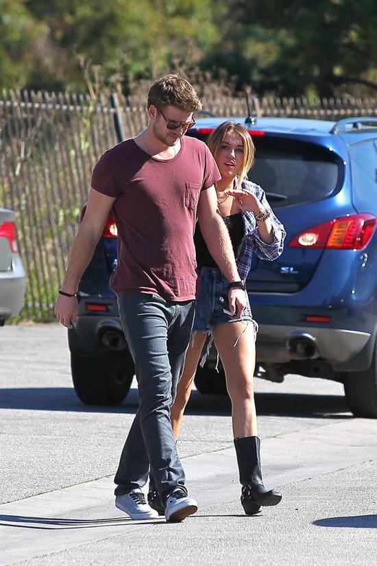 phong cach thoi trang Liam Hemsworth - tee & jeans 3 - elle man
