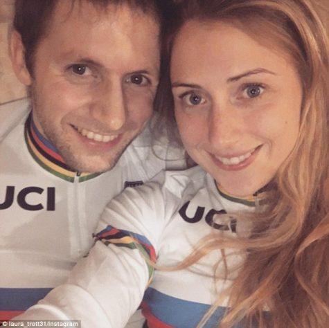 Jason hạnh phúc bên bạn gái Laura Trott.