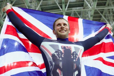 Jason Kenny giương cao lá cờ của Anh Quốc sau chiến thắng