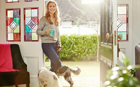 Laura tại ngôi nhà ở Cheshire cùng hai chú chó