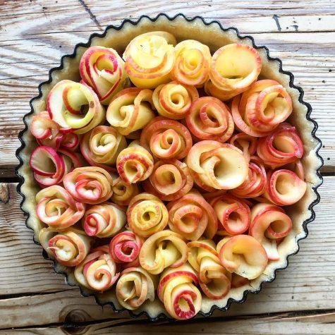 Chiếc banh táo cầu kỳ với 13 quả táo và hàng giờ đồng hồ tạo hoa của Matt.
