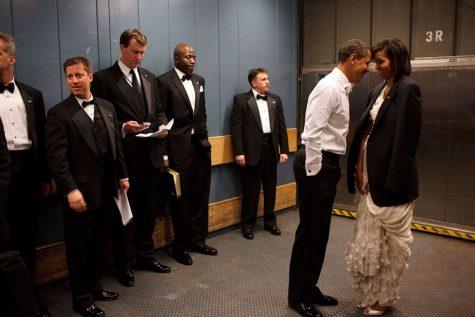 Hành động chạm trán đầy âu yếm của tổng thống dành cho đệ nhất phu nhân tại Tiệc nhậm chức được tổ chức tại Washington DC ngày 20/1/2009