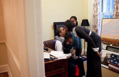 Vợ chồng Tổng thống Obama cùng 2 cô con gái vào 2/2/2009