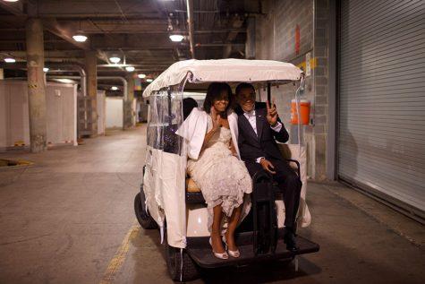 Khoảnh khắc đáng yêu chụp vợ chồng Tổng thống ngồi phía sau chiếc xe đánh golf vào ngày 20/1/2009