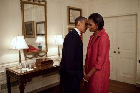 Tổng thống Obama ghé sát tai và thì thầm với vợ mình trong lúc chờ đợi Tổng thống Mexico, Felipe Calderon vào ngày 19/5/2010