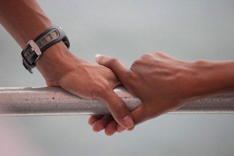 Cái nắm tay nhẹ nhàng của hai vợ chồng Tổng thống trên du thuyền ở Panama City Beach ngày 15/8/2010