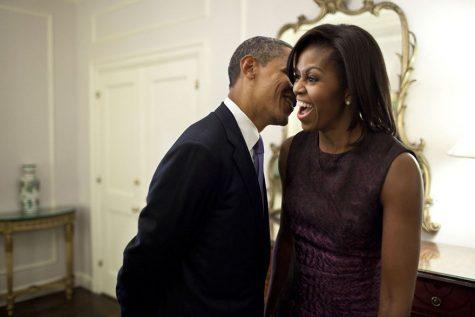 Vẻ mặt thích thú của phu nhân Michelle Obama khi lắng nghe chồng mình nói chuyện vào năm 2011