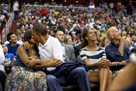 Tổng thống Obama hôn vợ tại trận bóng rổ của đội tuyển Mỹ tại Washington ngày 16/7/2012