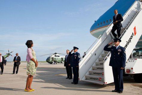 Phu nhân chờ Tổng thống trở về sau một chuyến công du vào ngày 14/6/2012