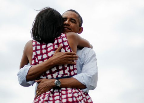 Cái ôm đầy tình cảm của Barack và Michelle Obama, 2012