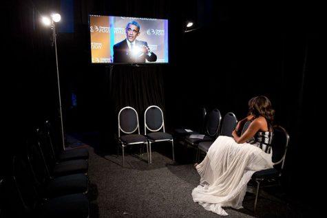 Phu nhân Michelle Obama đang ngồi lặng im xem lại bài phát biểu của chồng mình, 27/9/2014