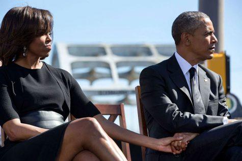Cái nắm tay khẽ khàng của người đàn ông quyền lực nhất nước Mỹ và vợ mình khi tham gia lễ kỷ niệm 50 năm ngày chủ nhật đẫm máu, 7/3/2015