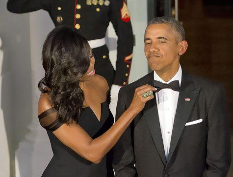 Phu nhân Michelle Obama chỉnh lại trang phục cho chồng mình, 25/9/2015