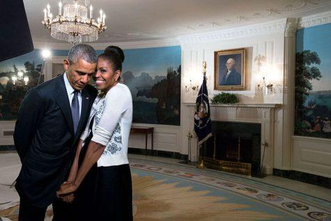 Phu nhân Michelle Obama e thẹn dựa vào người Tổng thống. Ảnh chụp năm 2015