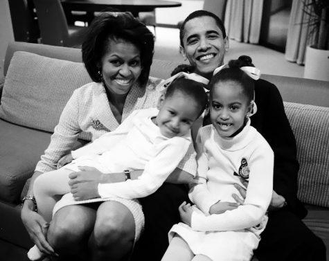 Barack và Michelle Obama cùng 2 con gái Maila, Sasha đang ngồi chờ kết quả bầu cử của Barack vào năm 2004