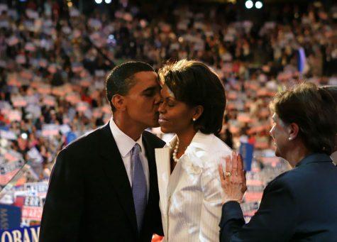 Barack nhẹ nhàng hôn má vợ trên sân khấu Hội nghị quốc gia của Đảng Dân chủ vào năm 2004