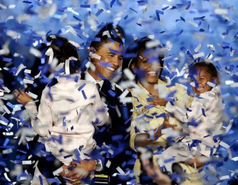 Khoảnh khắc cả gia đình Obama trên sân khấu nhậm chức Tổng thống vào ngày 2/11/2004