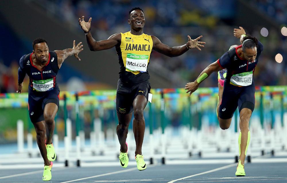 Jamaica - Đất nước vua tốc độ, Omar McLeod trên đường đua.