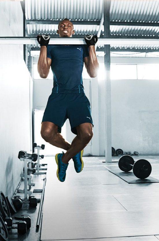 Usain Bolt hít xà đơn.