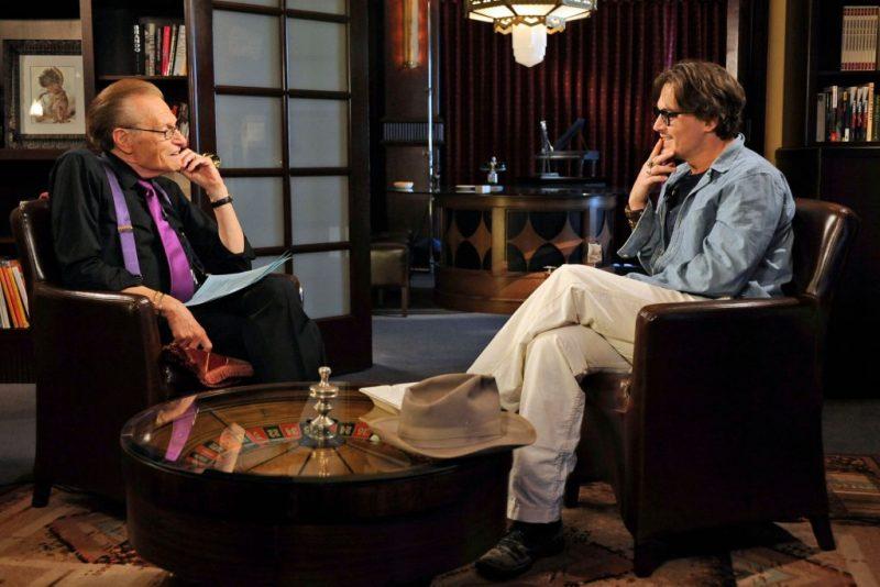 Làm chủ nghệ thuật giao tiếp với Larry King, Larry mặc áo đen, cà vạt tím.