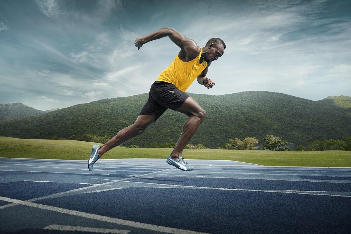 Usain Bolt - tia chớp đen: áo vàng chạy trên đường đua.