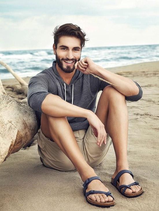 kien-thuc-thoi-trang-nam-phoi-quan-va-giay-short-va-sandals-elle-man