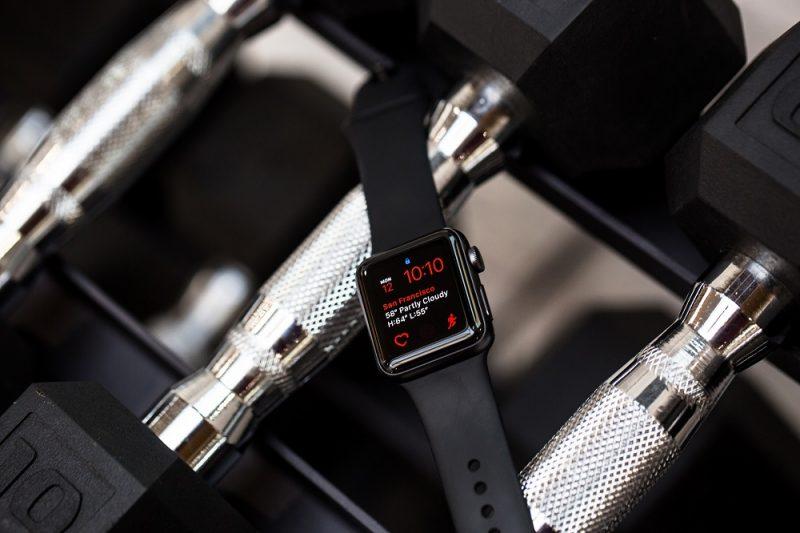 đồng hồ nam Apple Watch dây đen.