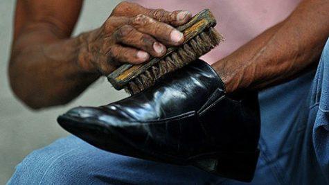 Đánh giày da nam