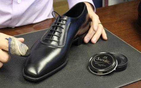 Đánh xi giày da nam