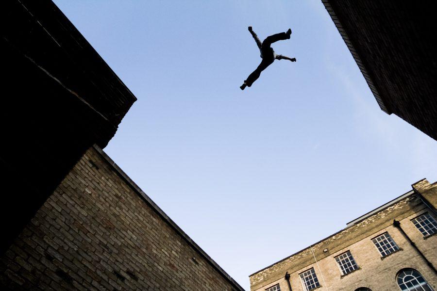 Parkour có phải là trò chơi mạo hiểm? nhảy qua các tòa nhà.