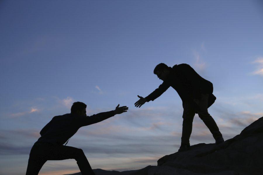 5 quy tắc ứng xử khi nhờ vả sự giúp đỡ: đưa tay giúp đỡ.
