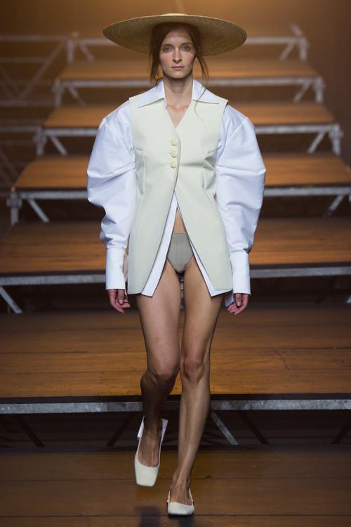 Simon Porte Jacquemus: người mẫu mặc áo sơ mi có tay áo trắng phồng dài, đội mũ cói.