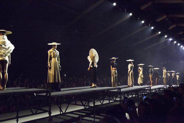 Simon Porte Jacquemus, người mẫu đứng yên trên sàn runway của Paris Fashion Week 2016.