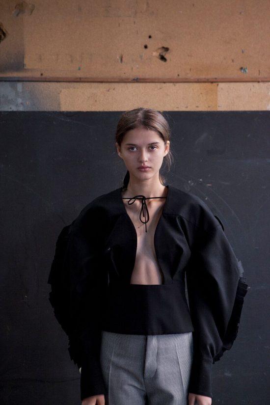 Simon Porte Jacquemus, người mẫu mặc áo sơ mi hở ngực màu đen.