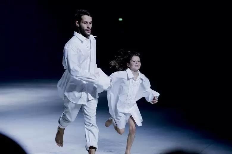 Simon Porte Jacquemus nắm tay bé gái chạy trên sàn runway.