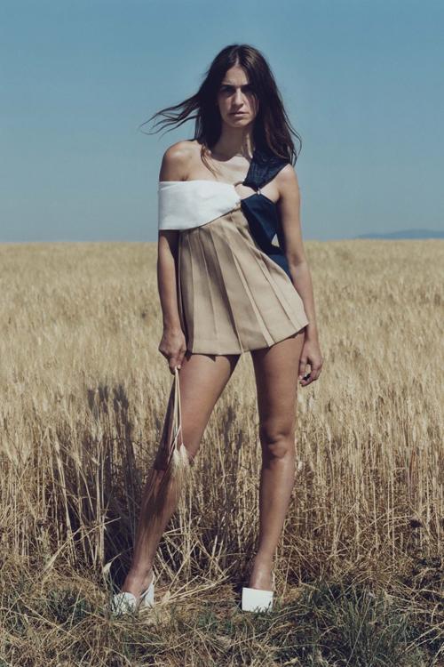 Simon Porte Jacquemus, người mẫu váy ngắn màu biege trên đồng cỏ lau.