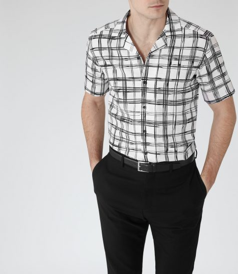 Bật mí tuyệt chiêu diện áo sơ mi kẻ cho chàng trai mùa thu: sơ mi ca rô trắng đen kiểu cổ áo cuba.