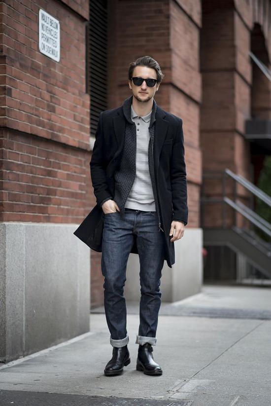 Áo khoác cardigan và Chelsea boots.