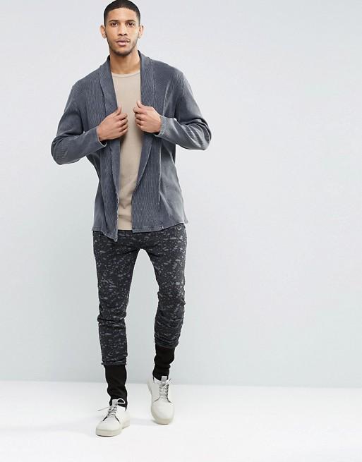 Áo khoác cardigan và quần jogger họa tiết camo.