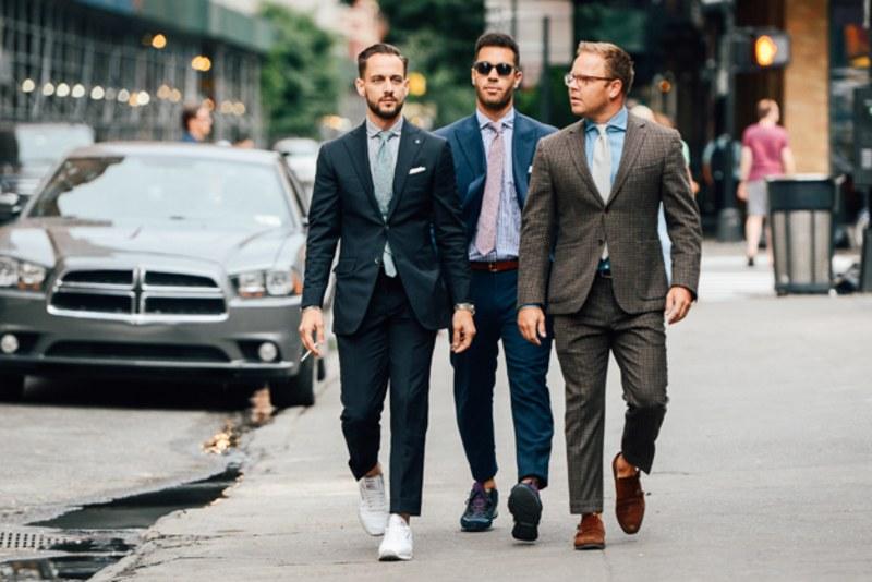 9 điều về suit nam cần lưu ý: 3 người mặc suit bước đi trên đường.