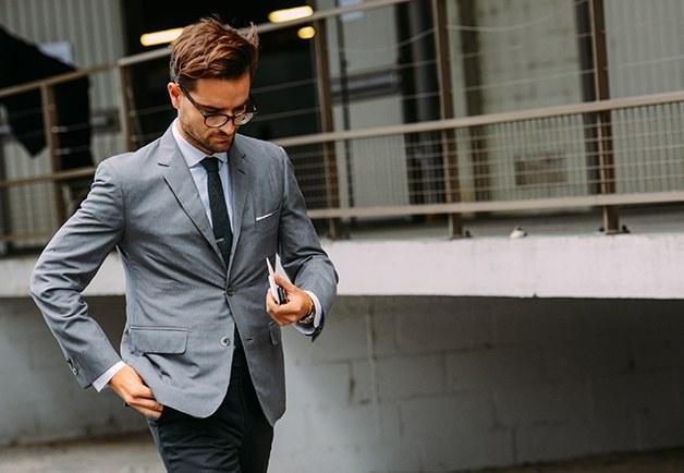 9 điều về suit nam cần lưu ý: áo suit jacket xám nhạt và quần xanh đậm.a