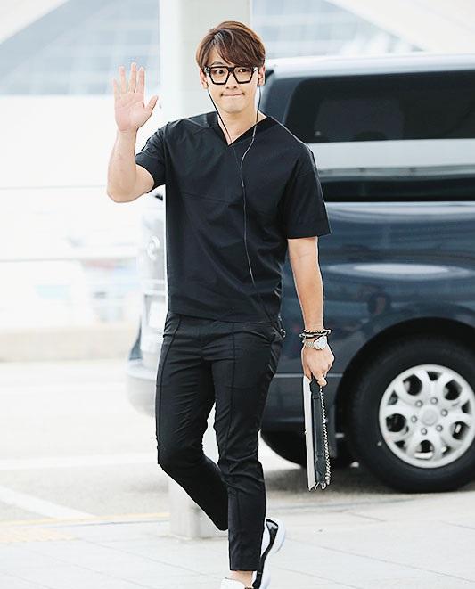 Bi Rain mặc outfit đen và đeo kính.