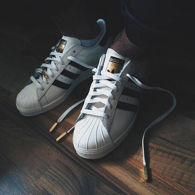 Giày sneaker nam adidas Superstar.