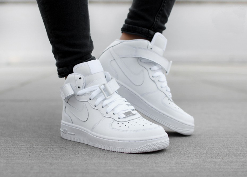 Giày sneaker nam Nike Air Force.